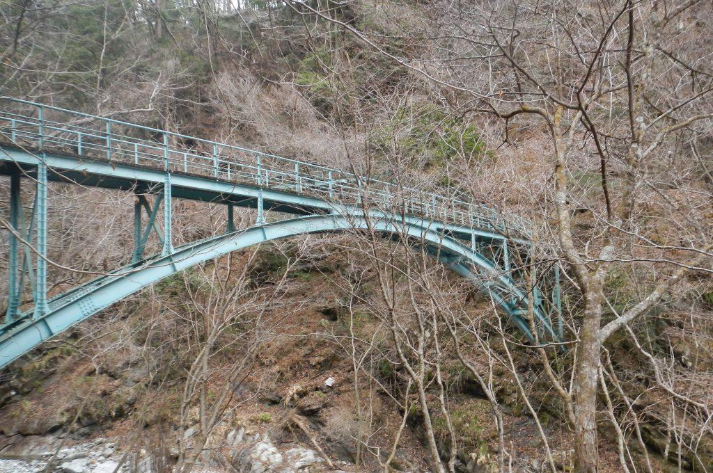 犬越路避難小屋から沢筋を下り、大きな鉄橋を渡ると林道は間近。