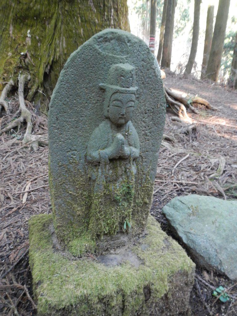 左側の石仏の頭に乗っているのは狼頭?