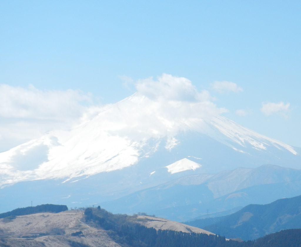 頂上付近を雲で覆われた富士山