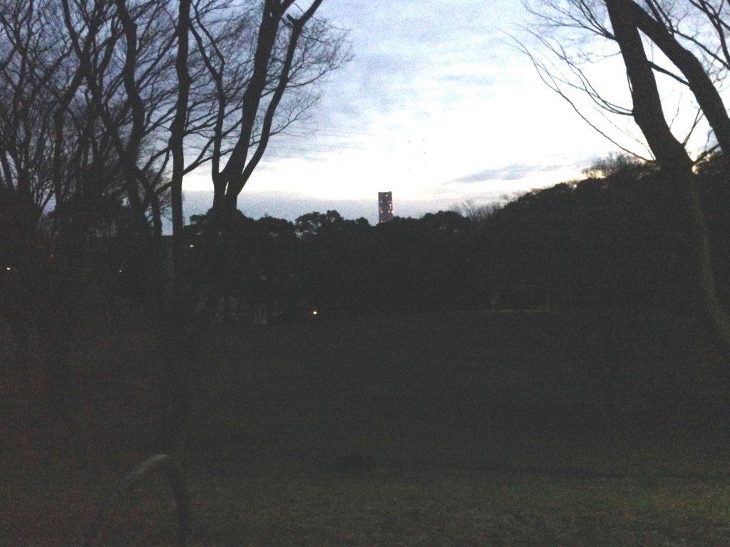 すり鉢広場越しに見えるランドマークタワー