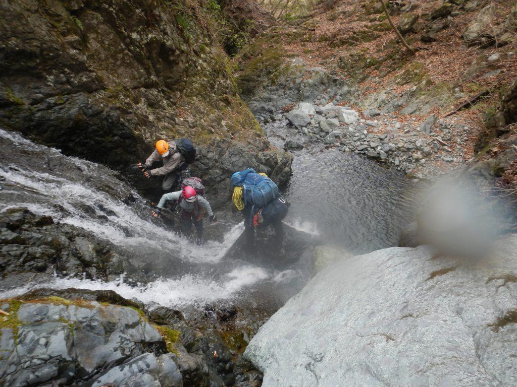 セドノ沢F2を登攀中のメンバー