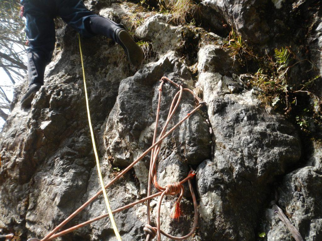 テラスの終了点から直上または、左に回り込んで階段状の岩を登る
