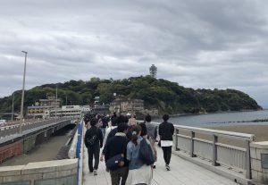 江の島に渡る橋は大賑わい